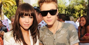 Carly Rae Jepsen with her mentor Justin Bieber at the 2012 Teen Choice Awards Red Carpet (Photo: Getty)
