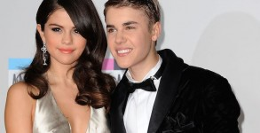 Singers Selena Gomez and Justin Bieber  arrive at the American Music Awards, in Los Angeles, California, on November 20, 2011. AFP PHOTO/VALERIE MACON (Photo credit should read )