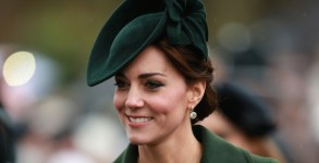 KING'S LYNN, ENGLAND - DECEMBER 25:  Catherine, Duchess of Cambridge attends a Christmas Day church service at Sandringham on December 25, 2015 in King's Lynn, England.  (Photo by )